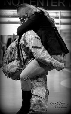 I'm so ready for this moment! Great photo, by the way Usmc Love, Marine Love, Military Love, Military Photos, Military Homecoming, Homecoming Signs, Military Girlfriend, Military Deployment, Pomes