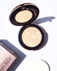 JOSIE MARAN // Looking at this beautiful powder foundation makes my gloomy Easter Friday better! #josiemaran #meccacosmetica #powderfoundation @meccamaxima @josiemarancosmetics