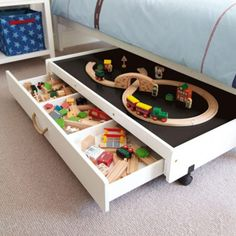 Hoogslapers en bedden met opbergruimte   Trein opberger, speeltafel met handige lades eronder. Door mignonne