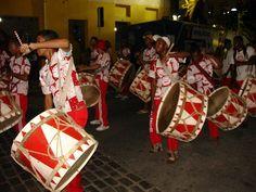 Carnaval 2013 - Maracatu de baque virado no bairro do Recife. Recife, Brasil.