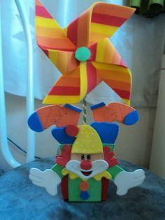 Compre CENTRO DE MESA TEMA CIRCO no Elo7 por R$ 4,80 | Encontre mais produtos de Centro de Mesa e Aniversário e Festas parcelando em até 12 vezes | CENTRO DE MESA EM EVA ,ACOMPANHA CACHEPÔ E CATAVENTO, 267819 Clown Crafts, Clown Party, Carnival Birthday, Ideas Para Fiestas, Confetti, Candy, Gifts, Diy Party, Napkin Holders