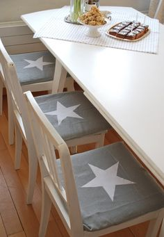 stars or hearts in a cushion Home Garden Design, Star Decorations, Love Stars, Cozy Living Rooms, Chair Pads, Star Shape, Kitchen Living, Home Projects, Kitchen Remodel