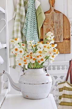 Shabby Chic | Vibeke Design, decoração vintage, jarros com flores, tons neutros