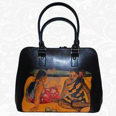Originálna ručne maľovaná kožená kabelka. Existuje len jeden kus. Každý jeden kus ručne maľovaných výrobkov je umelecké dielo. Kabelka je neopakovateľný originál s nádhernou maľbou.  Motív: Alfons Mucha – Le pater