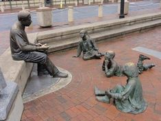 The sculpture group sculptor: Ed Dwight) of the Kunta Kinte-Alex Haley Memorial, head of the City Dock, Annapolis ,USA art Sculpture Art, Garden Sculpture, Outdoor Sculpture, Garden Statues, Underground Railroad, Dutch Artists, Women In History, Pilgrim, Cool Art