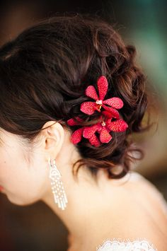 Different flower and I would really love this hairstyle for my wedding...