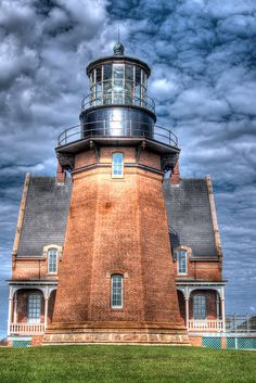 Block Island, South East Light (by Rob Weir) is a lighthouse located on Mohegan Bluffs at the southeastern corner of Block Island, Rhode Island. Lighthouse Pictures, Beacon Of Light, To Infinity And Beyond, Am Meer, Architecture, New England, Places To Go, Beautiful Places, Scenery