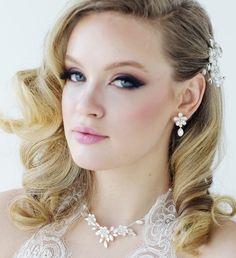 Earrings / Oorbellen / Shop the most beautiful bridal accessoires at: https://www.weddingdeco.nl/accessoires-bruiloft/bruidsaccessoires/