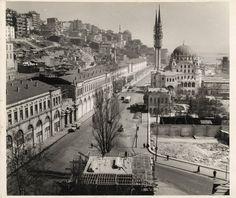 Tophane-Kabataş yolu ve yıkılan binalarSALT Araştırma, Fotoğraf ArşiviAltta görünen Tophane Çeşmesi'nin çatı örtüsü 1956-57 yıllarında yapılmıştı.