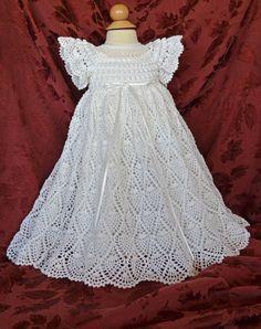 Este vestido de bautizo/bendición única es de ganchillo con hilo de algodón #10 blanco y acentuada con la cinta blanca alrededor de la cintura. El detalle de la blusa está adornado con filas de costura con un neclkline redondo de delicado encaje de ganchillo de palomitas de maíz. Se acaba la blusa con mangas cortas y con volados. La falda es muy completa con las 2.000 yardas de hilo cosido en la puntada de la piña bella. El vestido es muy ajustable con una cinta entrelazada a través de la…