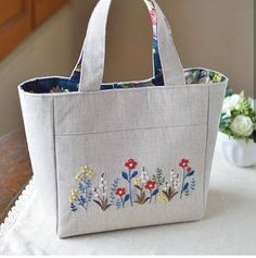 Be still our bee-ting hearts! Find more incredible embroid Hand Embroidery Videos, Embroidery Bags, Patchwork Bags, Quilted Bag, Diy Bag Designs, Handmade Fabric Bags, Diy Tote Bag, Craft Bags, Jute Bags