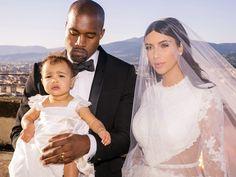 Kim e Kanye West no dia de seu casamento com a pequena North