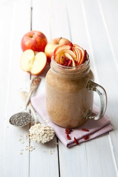 Apple and oat smoothie recipe - super quick breakfast smoothie. Blend apple, oats, banana, cinnamon, goji berries, chia seeds, milk into a creamy smoothie.