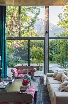 No importa la época del año, la entrada de la casa de Josefina Passalacqua siempre está verde.... Chile, All White, Porch Swing, Outdoor Furniture, Outdoor Decor, Living Room Decor, Living Rooms, Lounge, Windows