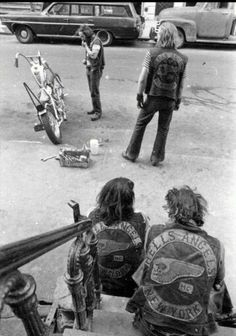 A Hells Angels member works on his bike on the streets of New York. Circa New York Public Library Hells Angels, Biker Clubs, Motorcycle Clubs, Motorcycle Style, Fotografia Retro, Marcelo D2, Lower East Side, Easy Rider, Harley Davidson Motorcycles