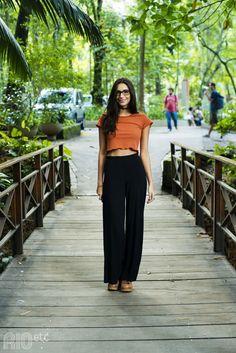 RIOetc | Voa, Maria | Cropped laranja, calça preta e óculos: mood confortável para faculdade.