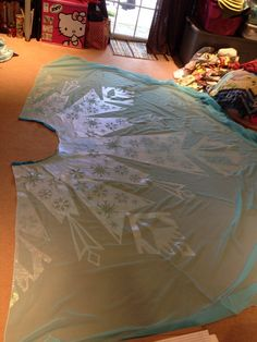 Finished up Elsa's cape last night! We are so happy with the final result and can't wait to take this baby out! To construct this monster cape we first started with about 8 yards of a light blue. Frozen Princess, Elsa Frozen, Disney Frozen, Halloween Dress, Holidays Halloween, Halloween Costumes, Costumes Kids, Frozen Birthday Party, Frozen Party