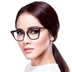 Con la llegada de las lentes de contacto, las gafas para visión han pasado de la categoría de un accesorio necesario a elegante y estiloso. La montura bien elegida puede cambiar radicalmente la imagen y ajustar las proporciones de la cara Designer Glasses Frames, Womens Glasses Frames, Fashion Eye Glasses, Cat Eye Glasses, Fake Glasses, John Lenon, Eyeglass Frames For Men, Image Blog, Computer Glasses
