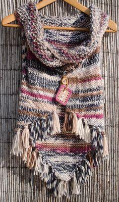 100 % lã  100% feito à mão.  A gola pode ser usada solta formando uma espécie de capa sobre os ombros, ou presa com uns botões já aplica...