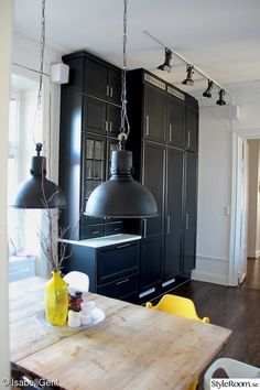Black Kitchens, Mid-century Modern, Kitchen Design, Dining Room, Home And Garden, Design Inspiration, House Design, Ceiling Lights, Lighting