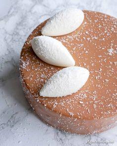L'entremets Caraïbes, une recette de Yann Couvreur ! Composé d'une dacquoise à la coco, d'une ganache montée au chocolat au lait, d'une mousse coco et d'un glaçage miroir au chocolat au lait, ce dessert est à tomber !