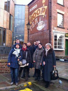 Mercoledì 01.11.2012 Ore 19.00 – Il gruppo di Coop Nordest e Scuola Coop con me e Simone Fabbri a Rochdale, Toad Lane, dove 28 tessitori, noti come i Probi Pionieri, hanno fondato la prima cooperativa