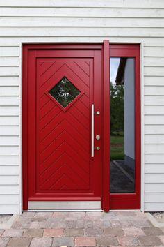 Echter Eyecatcher: Rote Rahmen-Haustür mit rautenförmigem Lichtausschnitt, Seitenteil und Griffstange   Sorpetaler Fensterbau