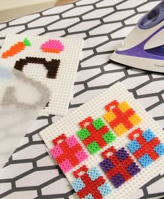 Sinterklaas hangers maken van strijkkralen! Pixel Beads, Crafts For Kids, Arts And Crafts, Melting Beads, Perler Beads, Pixel Art, Cross Stitch, Kids Rugs, Pattern