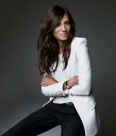 Emmanuelle Alt, Editor in Chief Vogue Paris Really love how casual but powerful… The power of a white suit in a professional portrait Corporate Portrait, Business Portrait, Corporate Headshots, Business Headshots, Looks Street Style, Looks Style, Foto Cv, Looks Chic, Mode Outfits