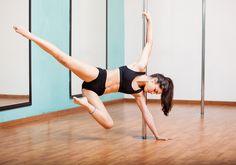 O Pole Dance queima até 1000 calorias em 1h e desenha braços e abdômen