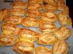 Uit elk plakje bladerdeeg haal je 2 kaasbroodjes. Lekker knapperig en een heerlijke zachte kaasvulling. Je kunt hier ook heerlijk mee variëren. Laat je...