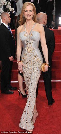 Nicole Kidman: Bu altın çivili Versace elbisesi bir esmer üzerinde muhteşem olurdu, ama Nicole is hayalet gibi cilt karşı yıkanıp görünüyor