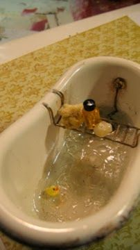 DIY authentic looking old style bath tub from a translucent container - approach described