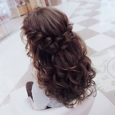 I associate this hairstyle with graduates. Air curls and surround … - New Site - - I associate this hairstyle with graduates. Air curls and surround . Quince Hairstyles, Braided Bun Hairstyles, Bride Hairstyles, Down Hairstyles, Hairstyle Ideas, Updos Hairstyle, Everyday Hairstyles, Pretty Hairstyles, Wedding Hair Down