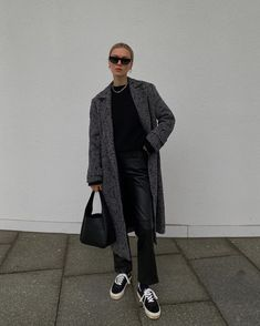Winter black layers, black leather pants, long houndstooth coat from Anine Bing and black sneakers. Modern casual winter outfit. Casual Winter Outfits, Chic Outfits, Trendy Outfits, Zara Fashion, Trendy Fashion, Winter Fashion, Minimalist Winter Outfit, Marie Von Behrens, Houndstooth Coat