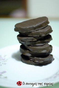 "Greek nugat-filled chocolate bites: ""Cariocas"" with vanilla Greek Sweets, Greek Desserts, Greek Recipes, Brownie Recipes, Dessert Recipes, Greek Cookbook, Just Eat It, Sweet Pie, Kuchen"