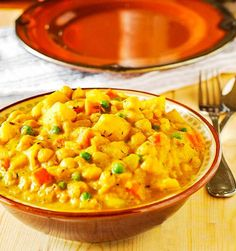 Spicy vegan potato curry, delicious and creamy potato, with carrots, chickpeas and green peas. A delicious taste of the island!