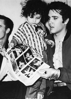 ♡♥Elvis Presley holds a young lady fan backstage at 'Maple Leaf Gardens' on April Elvis Presley Live, Elvis And Priscilla, Elvis Presley Photos, Priscilla Presley, Rock And Roll, Freddy Rodriguez, Are You Lonesome Tonight, Young Elvis, Fans