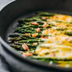 Here's an easy side dish recipe: baked asparagus topped with melted cheese and bacon. Source by nickyfairhall - Cheesy Baked Asparagus Recipe, Easy Asparagus Recipes, Asparagus Bacon, Asparagus Spears, Best Vegetarian Recipes, Lentil Recipes, Side Dishes Easy, Side Dish Recipes, Red Lobster Alfredo Sauce Recipe