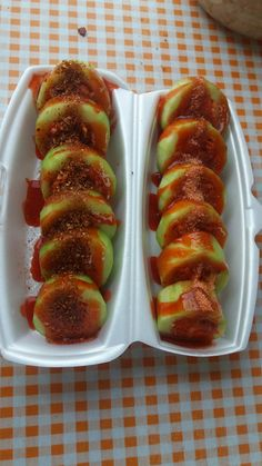 Sushi de pepino. !! Pepino, jicama, zanahoria, chamoy, tajin, limón, tico Mexican Snacks, Mexican Appetizers, Mexican Food Recipes, Snack Recipes, Cooking Recipes, Mexican Candy, Mexican Fruit Cups, Mexican Dishes, Cooking Ideas