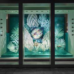 Janaïna Milheiro | Décors de plumes pour vitrines<br> Boutique Hermès Miami, 2015