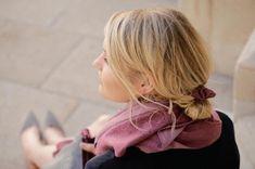 Scrunchie aus feinem Tuchloden. Der Scrunchie bietet ein angenehmes Tragegefühl und ist schonend zu den Haaren. Egal für welche Frisur, ob Pferdeschwanz, Dutt oder zu einer Flechtfrisur, der Haargummi passt einfach immer! Scrunchy made of fine cloth loden. The scrunchy gives a pleasant feeling and is gentle to the hair. No matter for which hairstyle, whether ponytail, bun or to a braided hairstyle, the scrunchy simply always fits! #scrunchie #hairstyle #haarschonend Modern Outfits, Casual Outfits, Elegant, Scrunchies, Ponytail, Braided Hairstyles, Braids, Nail Art, Art Ideas
