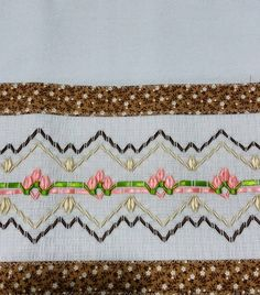 Pano de prato bordado: 90 modelos lindos para inspirar e tutoriais Swedish Embroidery, Swedish Weaving, Hand Embroidery Designs, Crochet Lace, Valance Curtains, Smocking, Maria Jose, Diy And Crafts, Patches