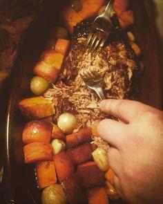 Päivän teemana oli tänään #slowfood ja ruokana #nyhtöpossu eli #pulledpork. Kohta lämpiää sauna nyt lämmittää takkatuli <3