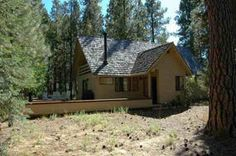 Black Butte Ranch, OR: This lovely central Oregon vacation rental provides a golf course view and features a wood stove and TV with DVD/VCR in living room. Hardwood floors, ...