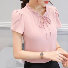 2018 summer women work blouse and shirt office lady ruffle sleeved sweet chiffon blouse fashion slim tops plus size s-xxxl 152 Blouse Outfit, Work Blouse, Office Blouse, Blouse Styles, Blouse Designs, Super Moda, Moda Chic, Casual Skirt Outfits, Work Tops