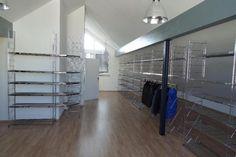 ETAGAIR Regalsystem aus Textilhandel. Komplett oder Teile einzeln zu verkaufen.Zeitloser Klassiker und nahezu unverwüstlich. Ähnlich BALTON.ETAGAIR Regale finden in sämtlichen Räumen einen Platz.Vom Bücherregal bis zur Büro-, Lager- oder Ladeneinrichtung.Metalloberfläche: Stahl doppelt vernickelt und 9-fach verchromt.Fast ohne Gebrauchsspuren, da sehr strapazierfähig.ETAGAIR Regalsystem bestehend aus:42 x Gitterbord 107 x 38 cm - Neupreis: 92,00 EUR/Stück -> Einzelpreis: 36,80 EUR26 x…
