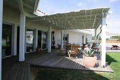 Jolie terrasse couverte réalisée avec des lattes de bois blanc #architecture #design #terrasse #bois #blanc