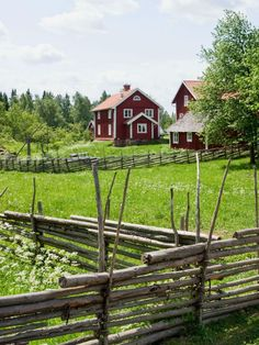 summer cottage: Wooden pole fence in a country landscape Swedish Cottage, Red Cottage, Red Houses, Barn Houses, Scandinavian Cabin, Sweden House, Summer Cabins, Wooden Poles, Country Landscaping