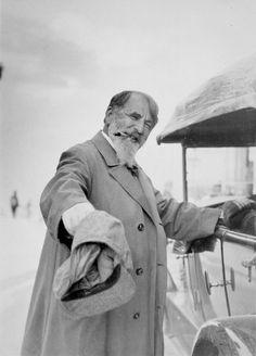 Arthur Schnitzler, neben einem Automobil stehend, 1927; Fotografie auf Silbergelatine-Barytpapier | Heinrich Schnitzlers Erben, Wien